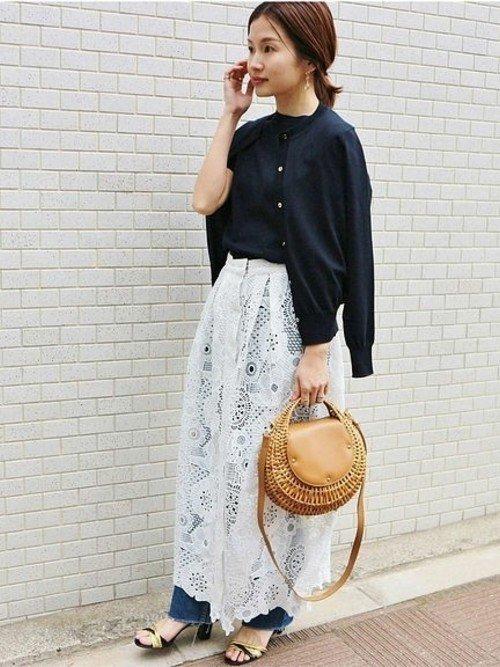 黒のニットセットアップ 白のスカート