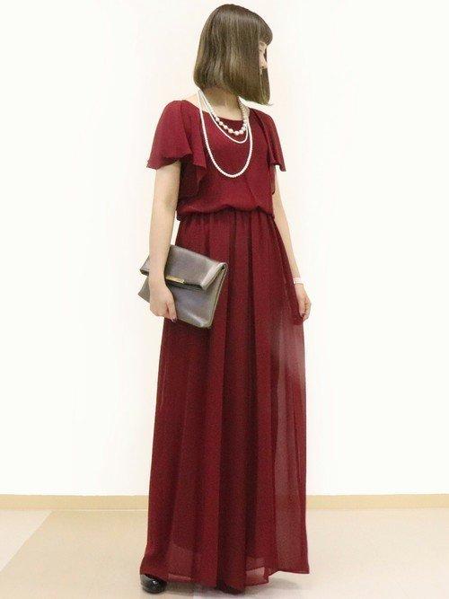 赤ドレスに映えるシルバーのクラッチバッグを使った結婚式コーデ