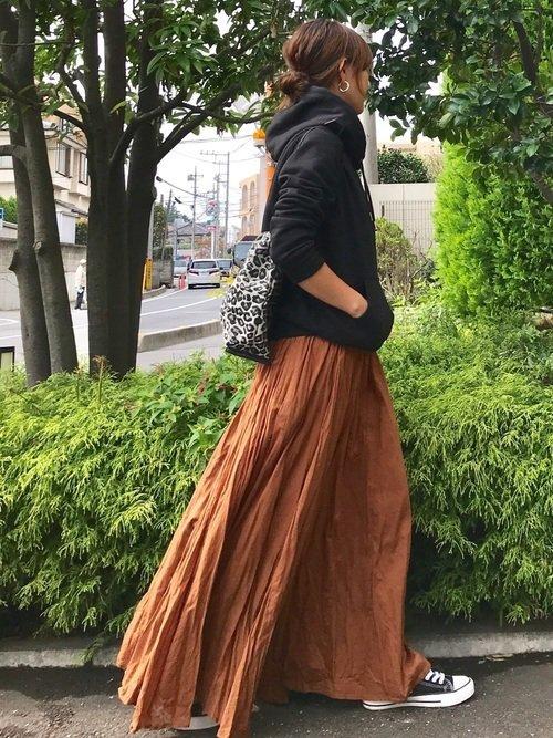 黒パーカ ロングスカート
