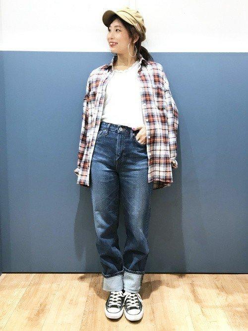 チェックシャツを着たアメカジファッションの女性