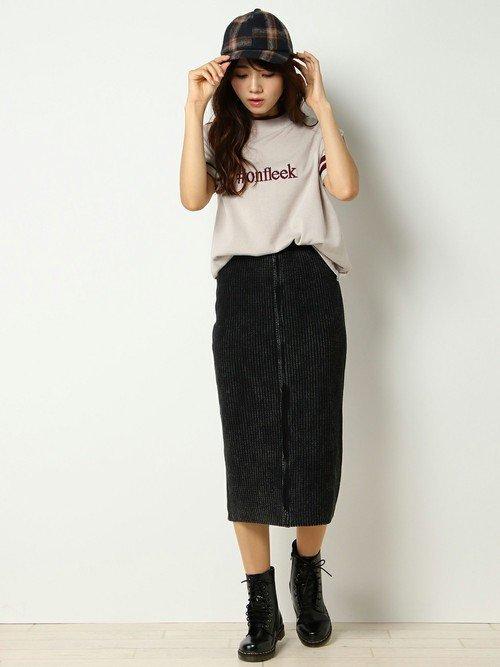 Tシャツにタイトスカートを穿いた女性