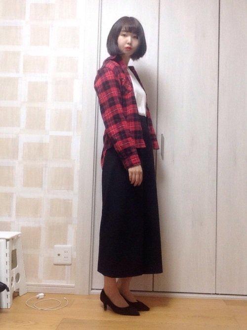 白のトップス 赤のネルシャツ 黒のロングスカート