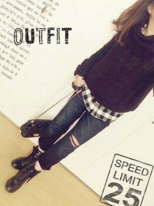 黒のセーター ネルシャツ ダメージジーンズ