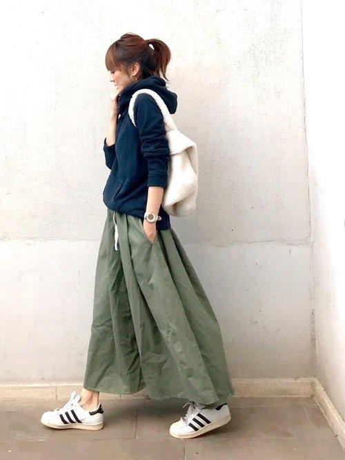 パーカーとカーキのロングスカートで合わせたラフ白スニーカーコーデ