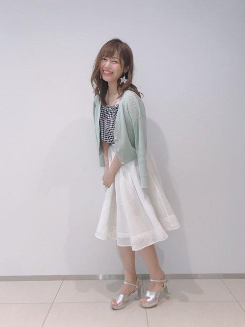白スカート×グリーンカーディガン