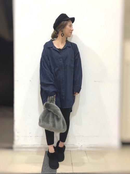 ネイビーのシャツ ファーバッグ 黒パンツ ムートンブーツ