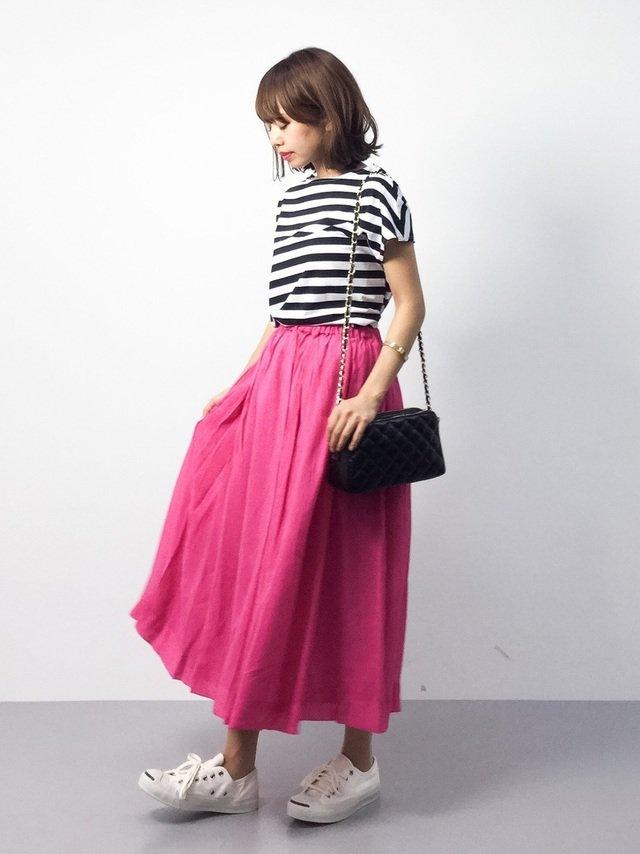 ピンクスカートと白スニーカーのコーデ