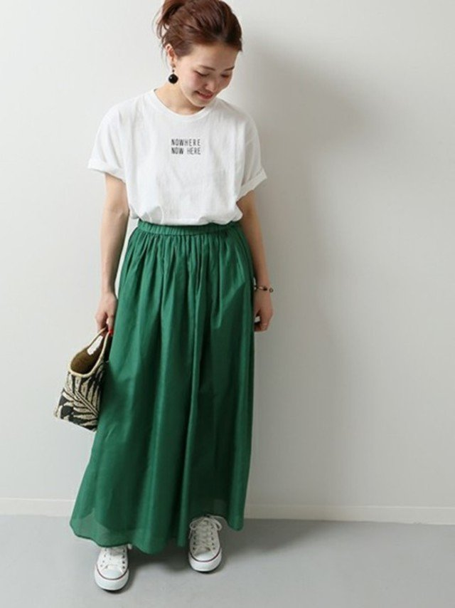 緑スカートと白スニーカーのコーデ