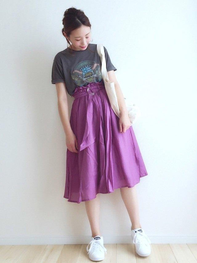 紫スカートと白スニーカーのコーデ