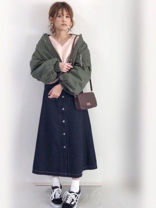 白ソックス×デニムスカートと黒スニーカーのコーデ