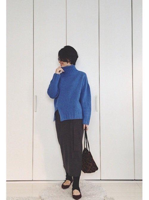 青色に合う色であるグレーを使ってエレガントなワントーンコーデを楽しもう