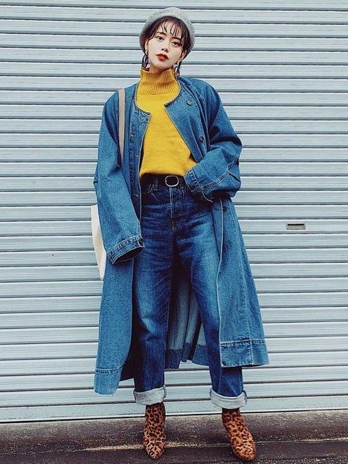 青色に合う色である黄色を使えば遊び心のあるおしゃれ上級者の装いが作れる