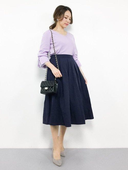 薄パープルトップスとネイビースカートを使ったアルバイトの面接の服装