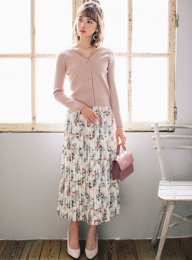 オフホワイトのコーデ術:ピンクカーディガン×花柄スカート
