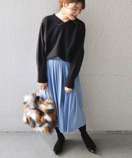 黒トップス×水色スカートコーデ