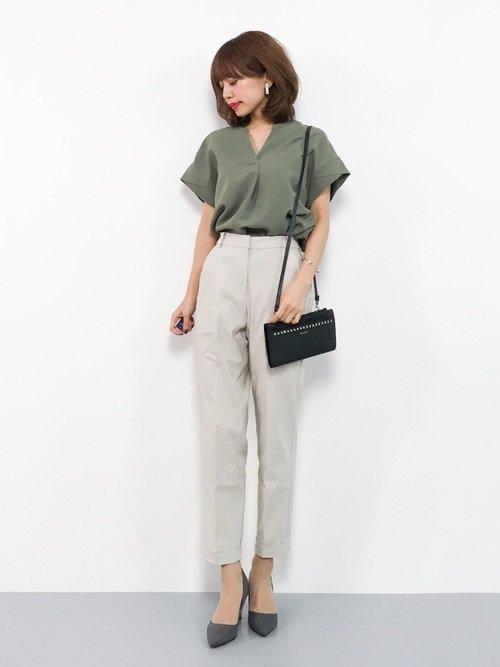 グリーンシャツ×白パンツコーデ