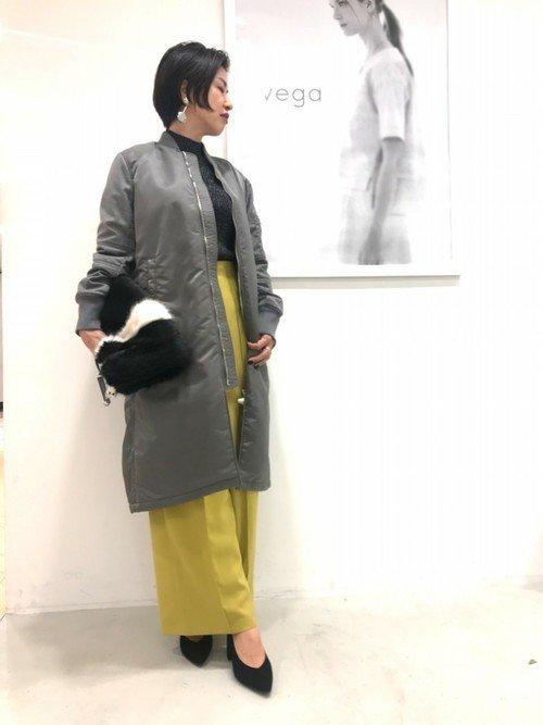 ニットセーター コート 黄色のパンツ