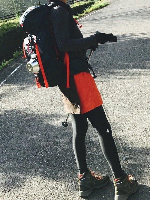 黒と赤の登山ファッションの女性