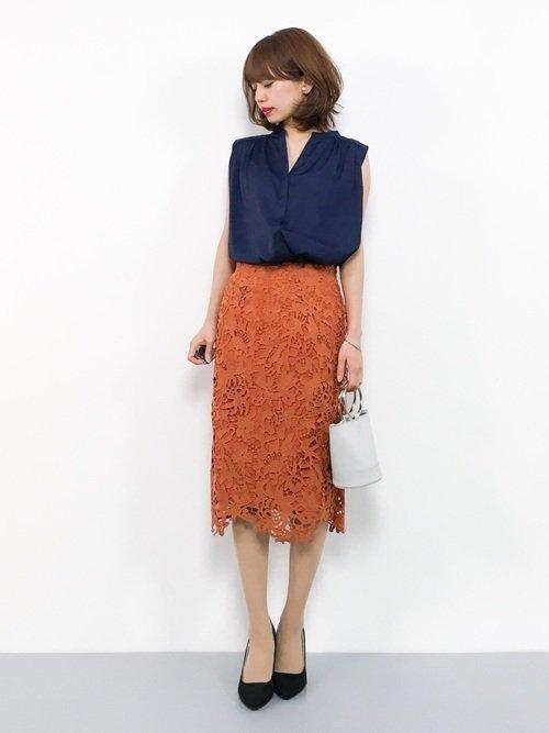 オレンジのレースタイトスカートのコーデ
