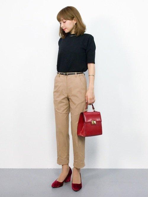 黒のTシャツ ベージュのパンツ ボルドーのハンドバッグ