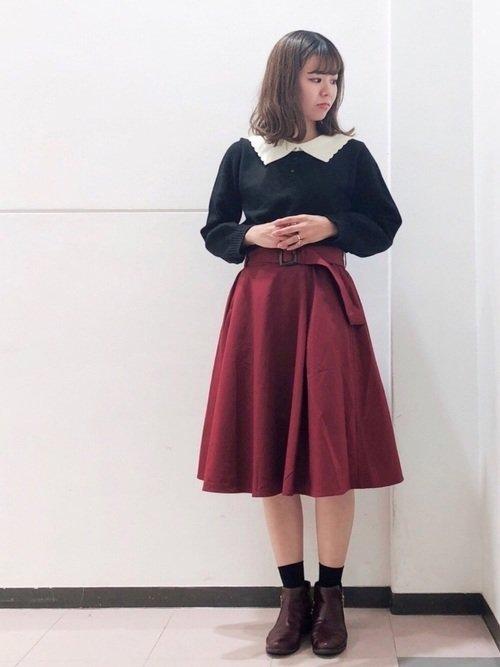 ボルドーのフレアスカート 黒のブラウス