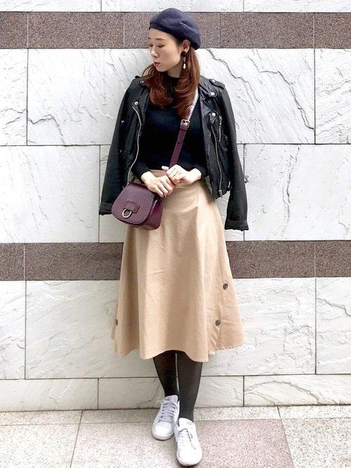 ベージュのフレアスカートは30代40代の秋の女子会コーデにおすすめ