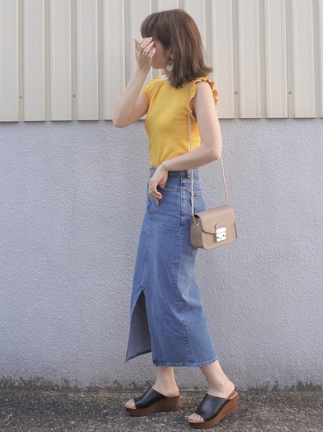 黄色フリルトップス×デニムスカートコーデ