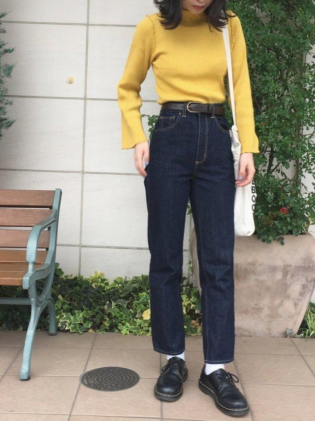 黄色ニット×デニムパンツコーデ