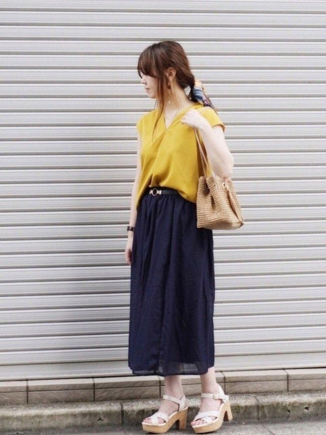 黄色ニット×ネイビースカートコーデ