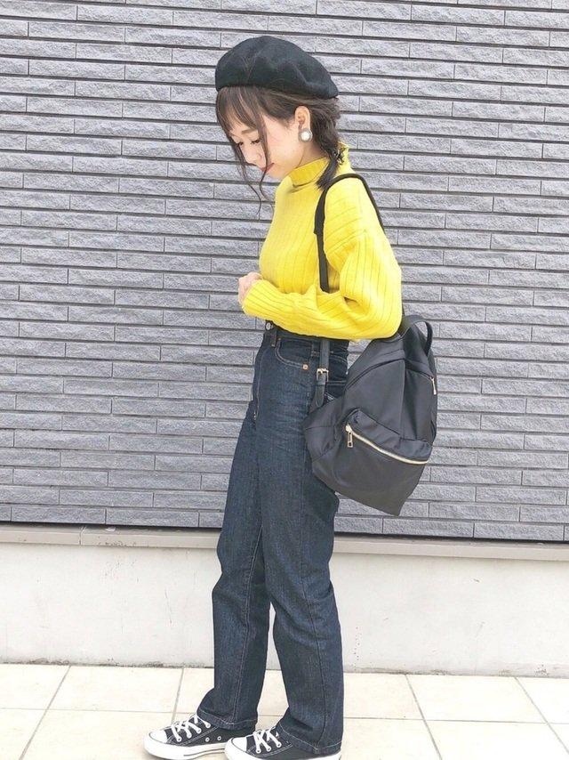 黄色ニットデニムパンツコーデ