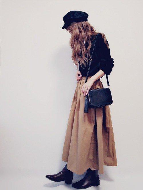 黒のトップス 茶色のフレアスカート ブーツ