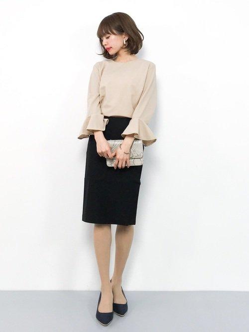 黒のタイトスカート×ベージュブラウスコーデ