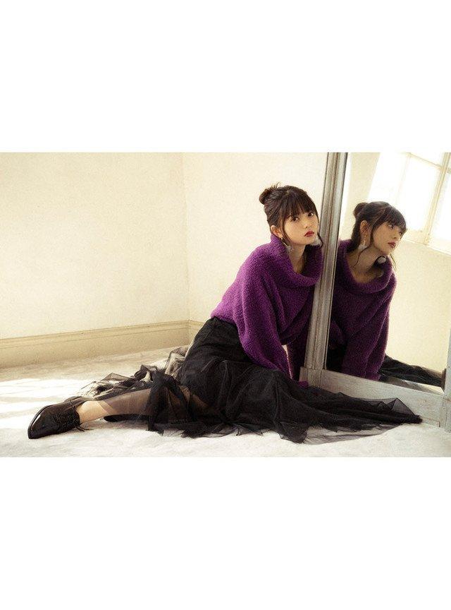 紫のタートルネック 黒のフレアスカート
