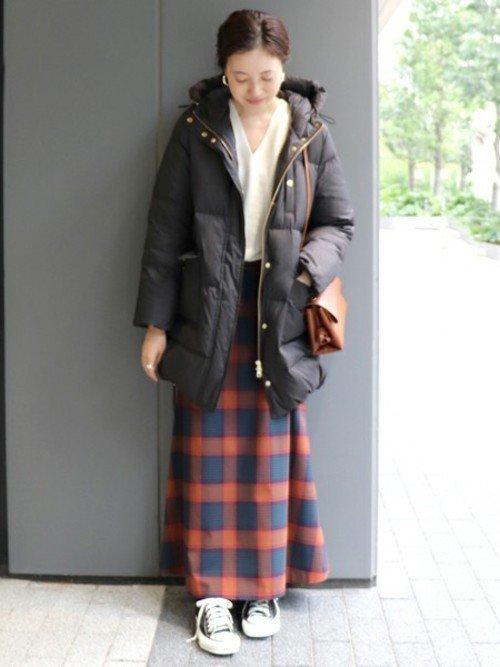 黒いダウンジャケットを着た女性