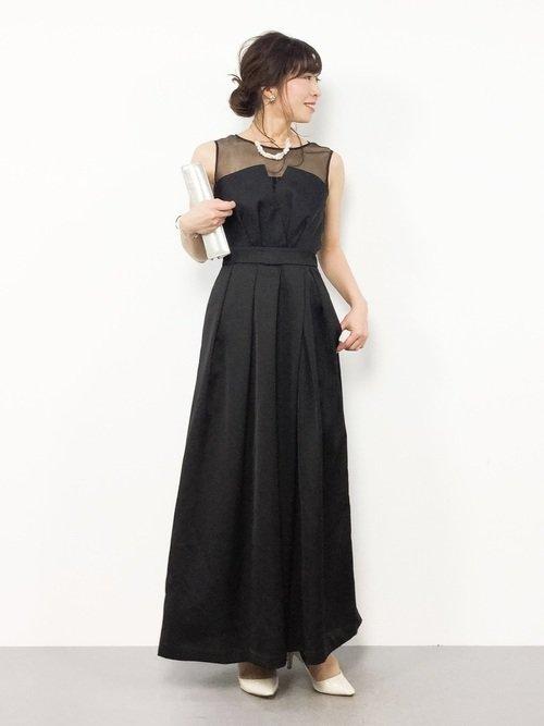 50代は無駄のないシルエットのドレスでパーティースタイルの忘年会に参加しよう