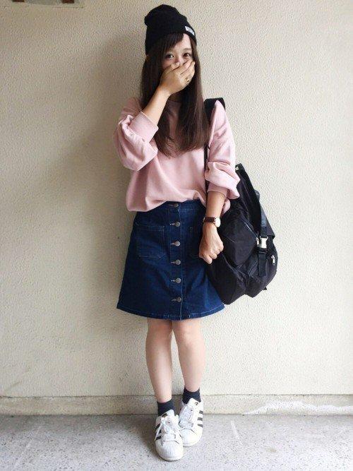 ピンクトレーナーとデニムスカートのコーデ写真