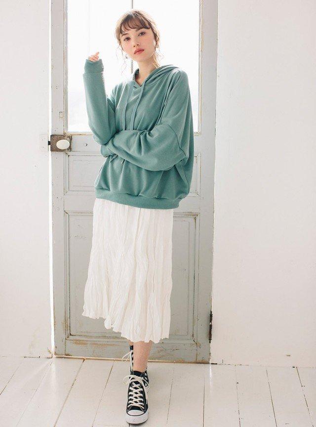 グリーンパーカー×白スカートコーデ