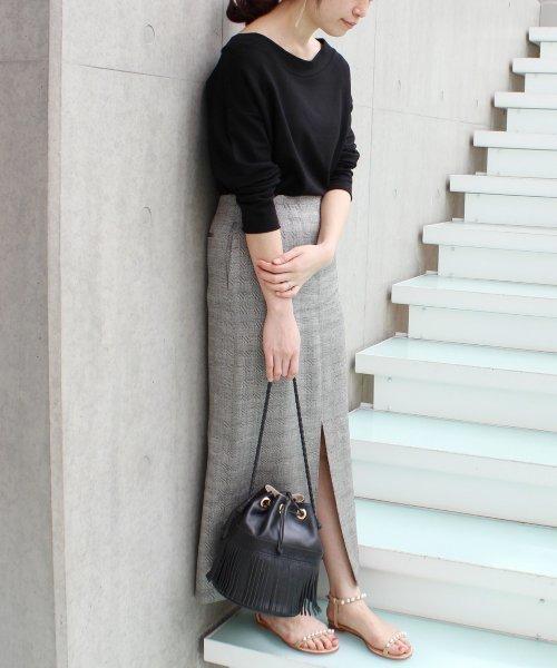 黒トップス×グレータイトスカートコーデ