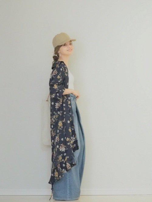 ベージュキャップを組み合わせた春ファッション