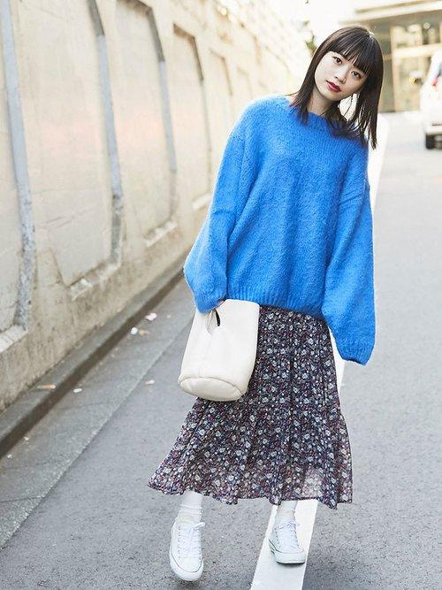オーバーサイズのブルーニットにレトロな花柄フレアスカート