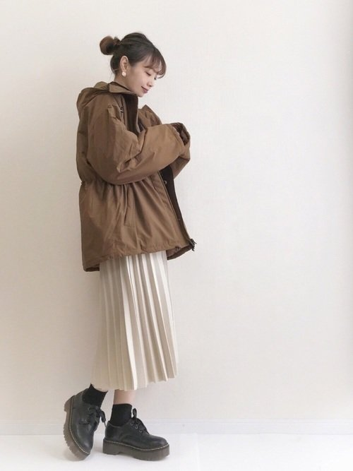 ミリタリージャケットは茶色を選んでコーデの可愛さをアップしよう