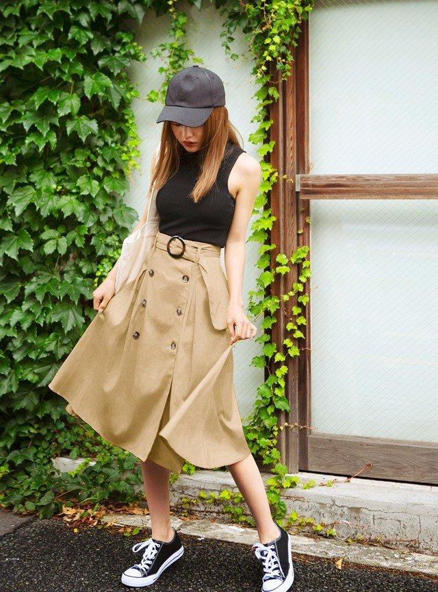 黒のタンクトップ ベージュのトレンチスカート
