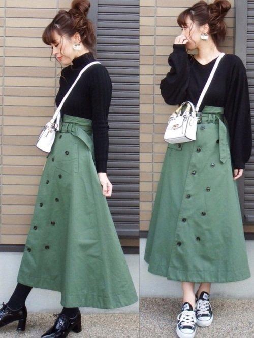 黒のVネックトップス モスグリーンのロング丈トレンチスカート