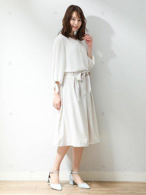 白いブラウス 白いスカート