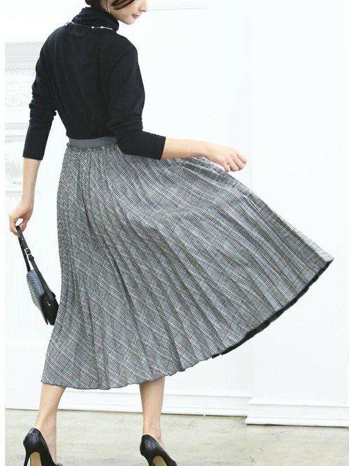 黒トップス グレーのプリーツスカート
