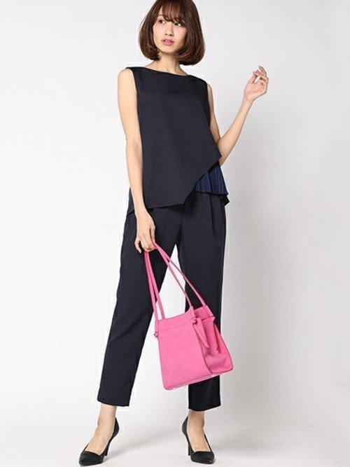 黒のセットアップ ピンクのバッグ
