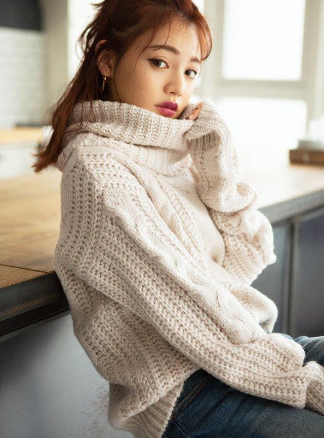 白のニットセーター