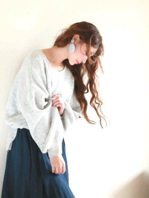 白のニットセーター ネイビーのスカート