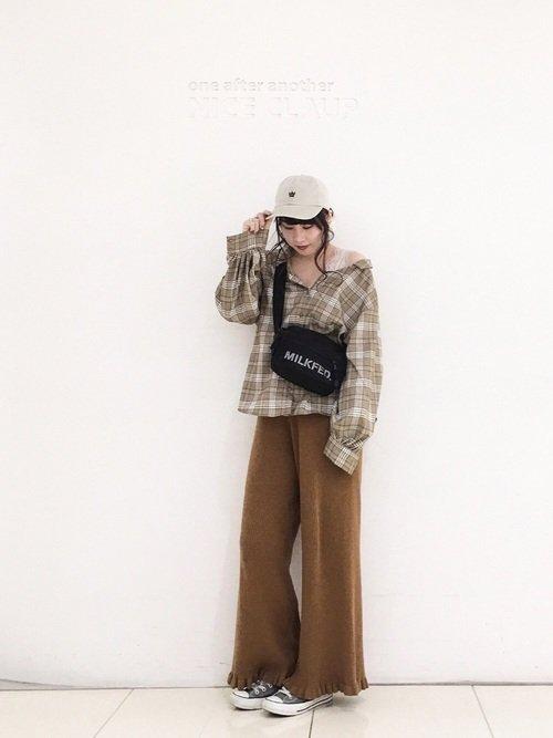 チェックシャツ ブラウンのワイドパンツ グレースニーカー