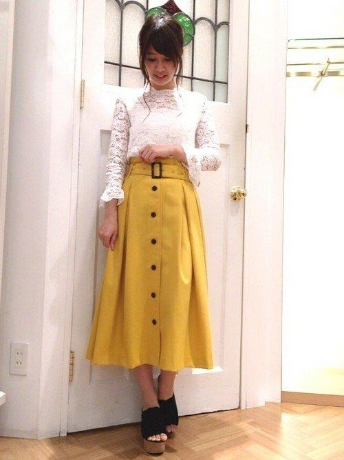 マスタードスカートはフェミニンなデザインの白トップスと合わせれば間違いなし